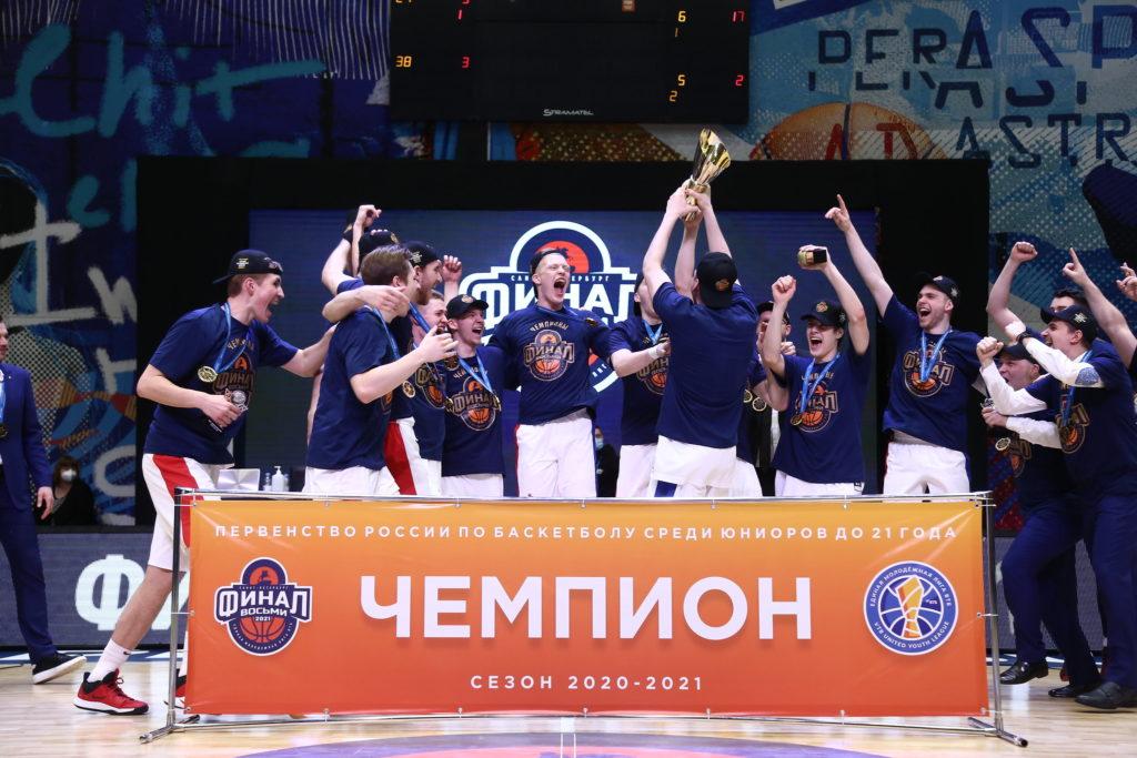 Фото счастливой команды с кубком